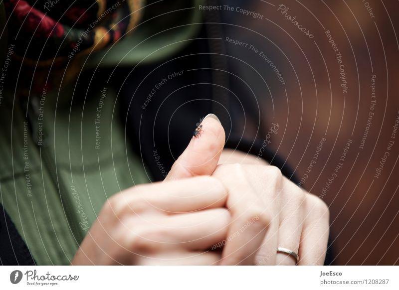 #1208287 Frau Erwachsene Hand Tier Pullover Käfer beobachten warten nachhaltig natürlich positiv schön Mitgefühl friedlich Güte Hilfsbereitschaft Neugier