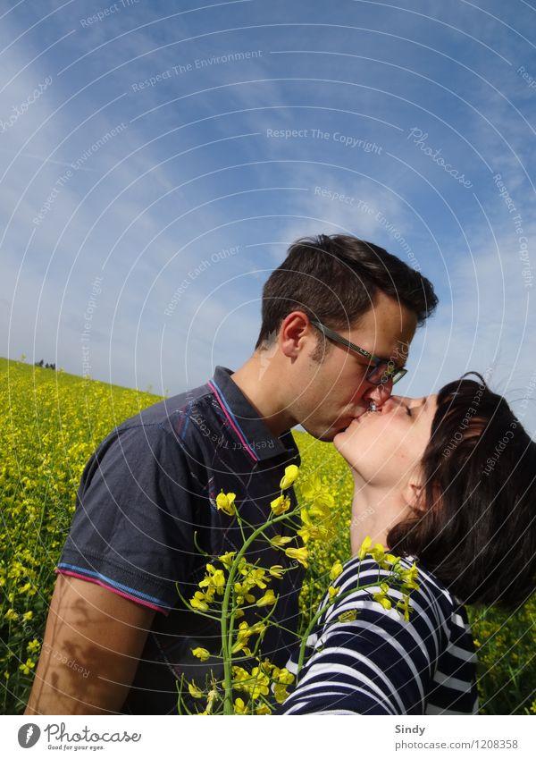Verliebt im Rapsfeld II Freude Glück Sonne Mensch maskulin feminin Junge Frau Jugendliche Junger Mann Paar Partner 2 18-30 Jahre Erwachsene Schönes Wetter Feld