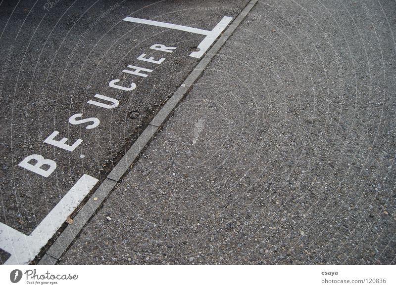 Besucher Parkplatz Beton Teer grau Willkommen Einsamkeit offen parken gesucht diagonal Platz Graffiti Wandmalereien Schriftzeichen visit frei