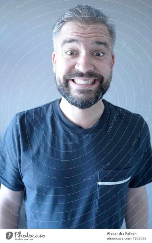 Grinsekatze Mensch maskulin Mann Erwachsene Bart 1 30-45 Jahre 45-60 Jahre Lächeln grinsen erstaunt Zähne zeigen Blick T-Shirt Hipster grauhaarig Stirnfalte