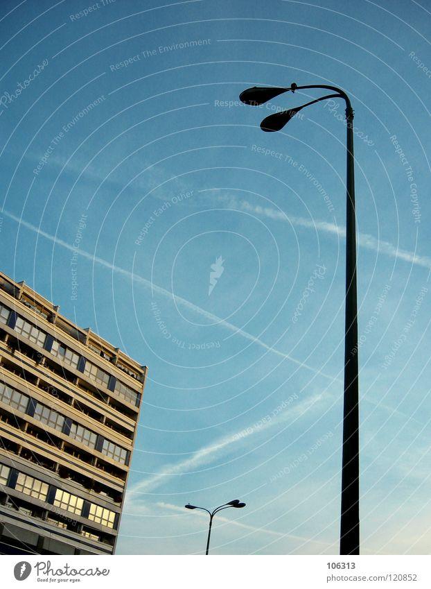 WATCHING YOU, WATCHING ME Himmel Stadt blau Haus Graffiti Beleuchtung Berlin Lampe Linie Aktion stehen Perspektive Kommunizieren Aussicht beobachten Bauwerk