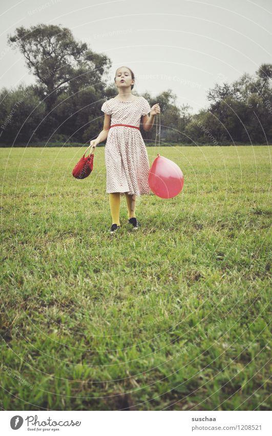 der rote ballon . Kind Mädchen Kleid Tasche Außenaufnahme Spielen Wiese Gras Luftballon retro selbstbewußt Stolz Schauspiel Dramatik Schauspieler junges Mädchen