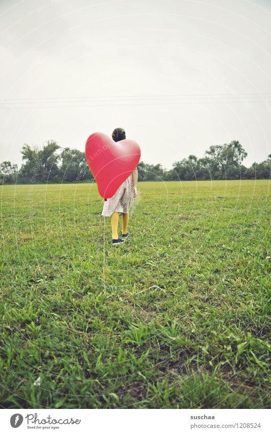 der rote ballon .. kind mädchen draussen spiel wiese gras luftballon herz retro