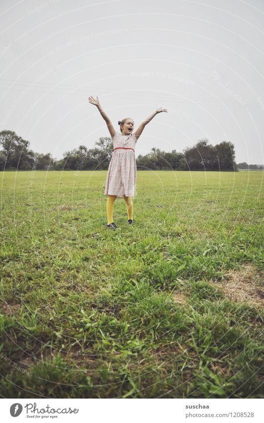 .. kein ballon Kind Mädchen Kleid Arme Freude Lebensfreude lachen Hand Außenaufnahme Spielen Wiese Gras retro junges Mädchen Kindheit Freiheit Kindererziehung