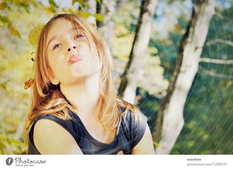waldfee .. Kind Mädchen Kopf Haare & Frisuren Gesicht Auge Nase Schmollmund Wald Blatt Baumstamm Natur Außenaufnahme Herbst Herbstlaub Herbstwald Sonnenlicht