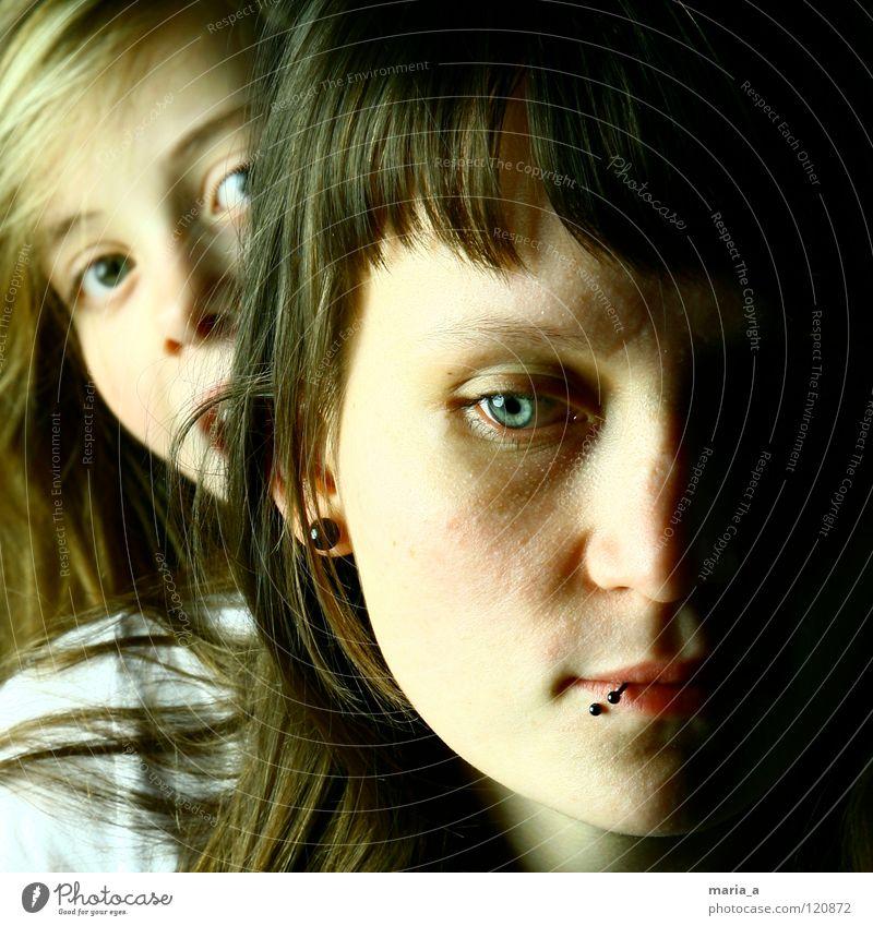 Wer guckt denn da? Frau Kind Mädchen alt blau Auge Leben feminin Haare & Frisuren Kopf klein groß Familie & Verwandtschaft lang grinsen