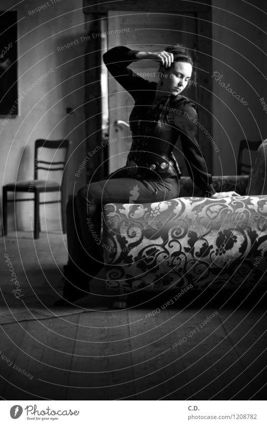 Melancholie Jugendliche weiß Junge Frau Einsamkeit ruhig 18-30 Jahre dunkel schwarz Erwachsene träumen elegant sitzen Sehnsucht Sofa zeitlos Gothic