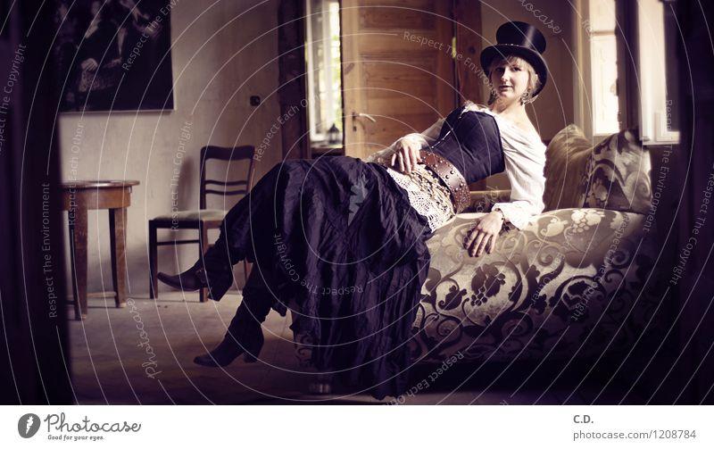. Junge Frau Jugendliche 18-30 Jahre Erwachsene Rock Gürtel Ohrringe Hut Zylinder Stiefel blond kurzhaarig liegen sitzen elegant historisch retro Mode Nostalgie
