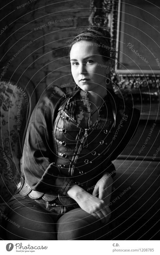 Portrait aus einer anderen Zeit Junge Frau Jugendliche 18-30 Jahre Erwachsene Hose Bluse Korsage Dutt sitzen dunkel historisch schwarz weiß Vergangenheit