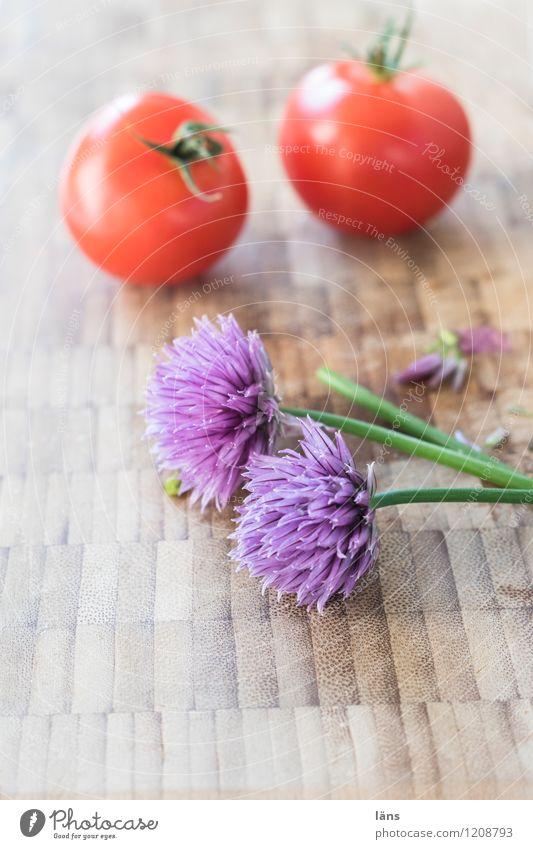 Vorbereitung Lebensmittel Gemüse Schnittlauch Tomate Ernährung Vegetarische Ernährung Slowfood Küche Blüte Holz authentisch einfach frisch Gesundheit natürlich