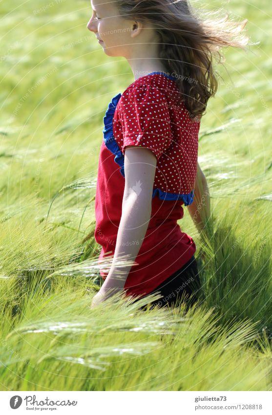 Wind in den Haaren... Kind Pflanze grün Sommer Erholung rot Mädchen Frühling Glück Denken Haare & Frisuren träumen Zufriedenheit Kindheit Wind frei