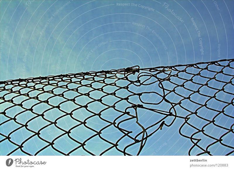 Masche Maschendrahtzaun Zaun Grenze stricken Handwerk Strukturen & Formen Matrix Blauer Himmel himmelblau Detailaufnahme Schwäche Schwächeanfall Netz