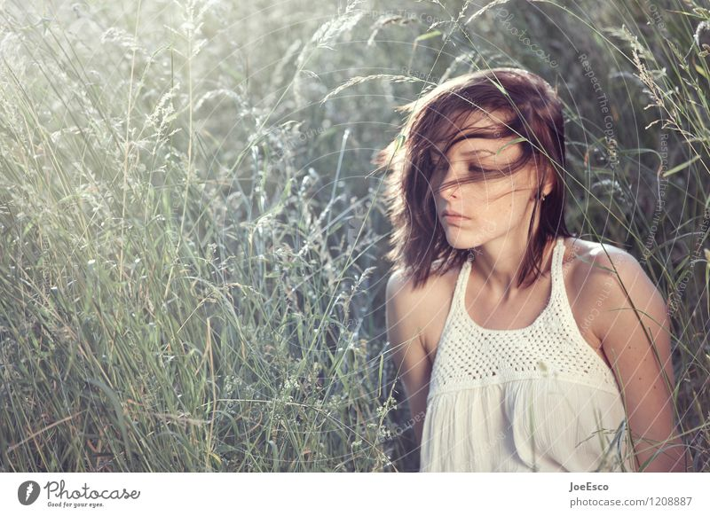 #1208887 Wohlgefühl Erholung ruhig Meditation Sommer Sonne Frau Erwachsene Mensch 18-30 Jahre Jugendliche Natur Gras sitzen träumen Traurigkeit authentisch