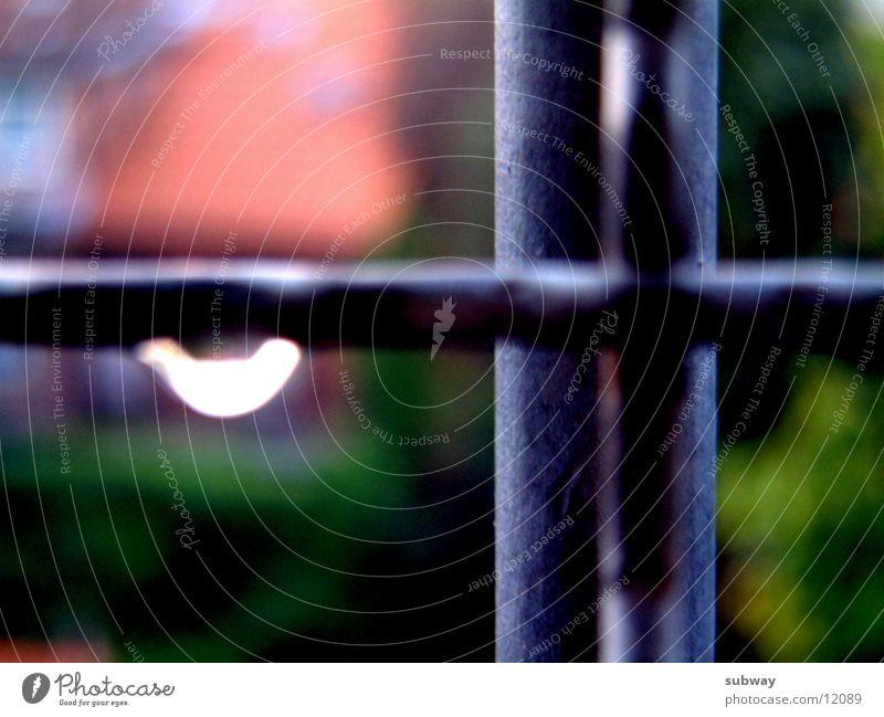 19.30 Uhr Einsamkeit Regen Metall Wassertropfen Dinge Eisenrohr Justizvollzugsanstalt Gitter