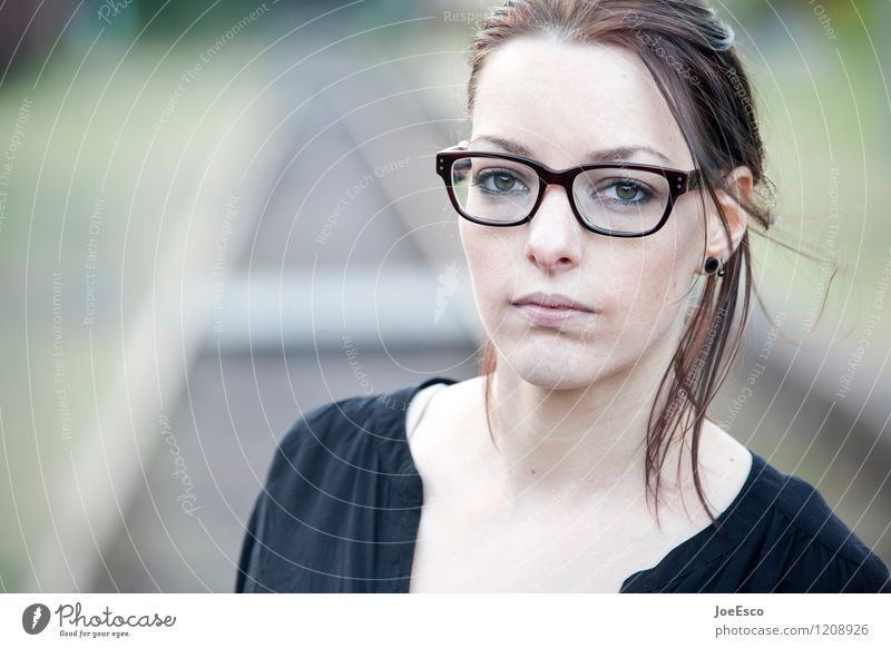 #1208926 harmonisch Wohlgefühl Zufriedenheit Frau Erwachsene Leben Gesicht Mensch 18-30 Jahre Jugendliche T-Shirt Ohrringe Brille brünett langhaarig beobachten