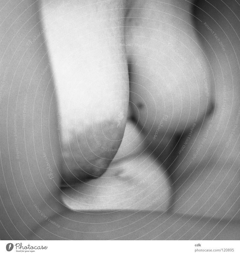 hängenlassen Frau feminin Torso Brustwarze Oberkörper Bauchnabel nackt dunkel Blick Gefühle Leben Unschärfe hängen lassen Körperhaltung Erholung gebeugt