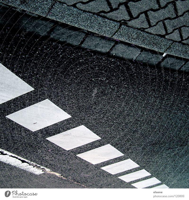 ::STRUCKTUR + QUADRATE IM QUADRAT:: Beton schwarz weiß Bordsteinkante fahren Quadrat Verkehrswege Schwarzweißfoto Warnhinweis Warnschild Straße