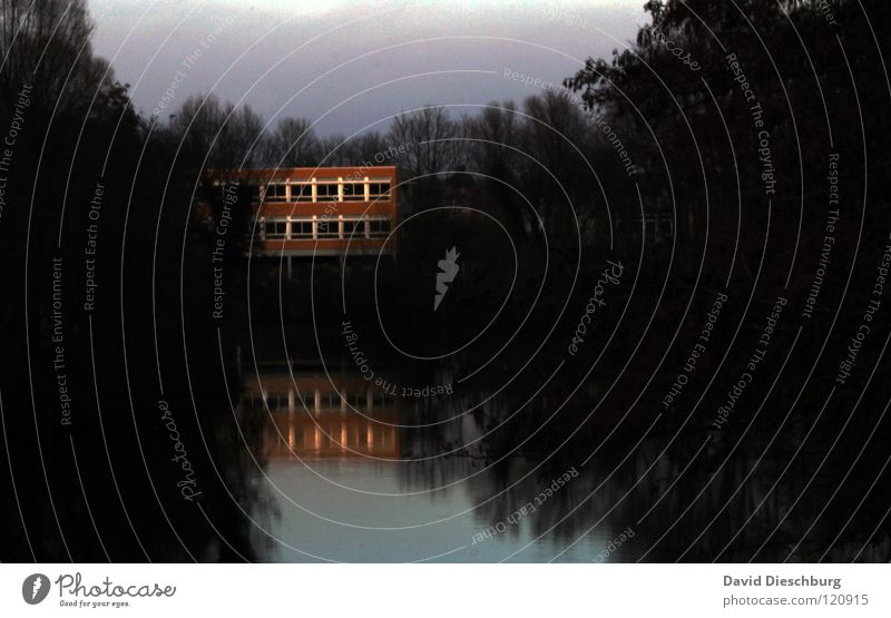 Saarhaus in der Einsamkeit Haus See Fenster Baum Reflexion & Spiegelung schwarz Saarland Altwasser Raum Wohnung Sonnenuntergang Dämmerung rot Fluss Bach Schule