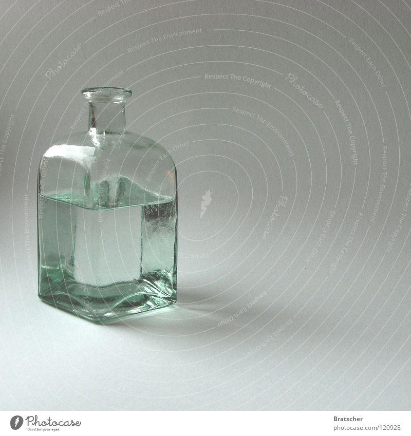 Weniger ist mehr. Wasser weiß ruhig kalt Wärme Kunst hell Glas Idee geschlossen rund Klarheit Gastronomie rein Flüssigkeit Physik