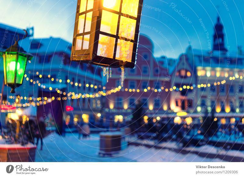 Gelbe und grüne Lichter auf dem Hintergrund der alten Stadt Himmel blau schön Farbe weiß rot Winter dunkel gelb Straße Architektur Gebäude Kunst Lampe