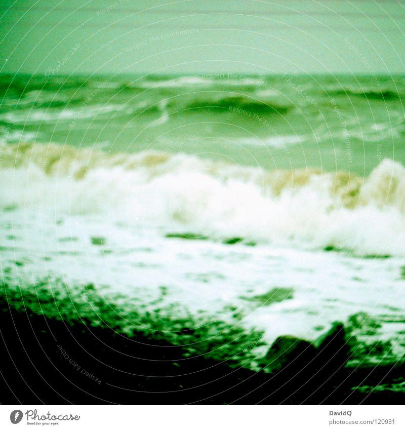 Ostsee Meer Rügen Wellen Sturm Meerwasser kalt Küste Strand Brandung Gischt analog Unschärfe grün Winter Wasser stürmig Eis Felsen Stein Kodak elite chrom cross