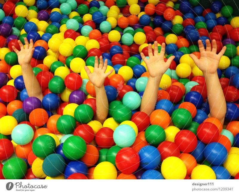 alles so schön bunt hier Mensch Kind blau grün rot Hand Freude schwarz gelb Bewegung lustig Spielen Glück Schwimmen & Baden außergewöhnlich Stimmung