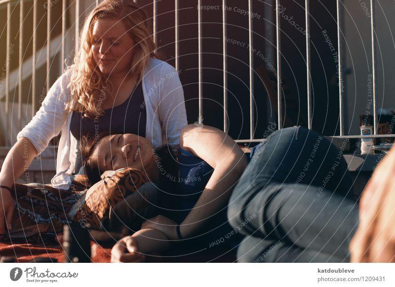 so easy Jugendliche Junge Frau Erholung Liebe sprechen Glück lachen Zusammensein Freundschaft liegen träumen Zufriedenheit Fröhlichkeit Lächeln genießen
