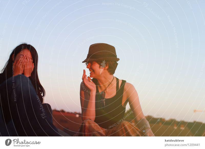 et tout ira bien feminin androgyn Homosexualität 2 Mensch Bauwerk Dach beobachten Lächeln lachen sitzen authentisch Freundlichkeit Fröhlichkeit Wärme Freude