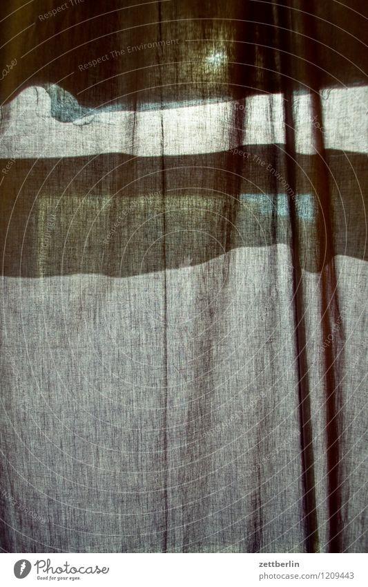 Gardine again Sommer Sonne dunkel schwarz Fenster Beleuchtung Schutz geheimnisvoll Stoff Falte durchsichtig Strahlung Sonnenschirm Vorhang Gardine Wetterschutz