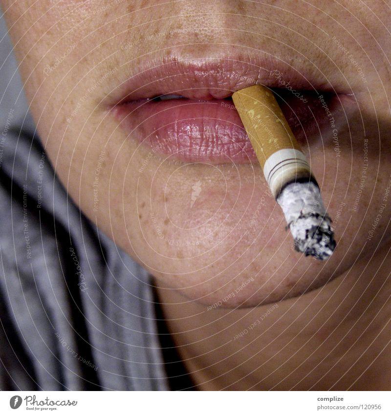 Endlich Raucher! Frau Jugendliche Mund Coolness Junge Frau Rauchen Krankheit brennen Zigarette anonym Sommersprossen Anschnitt Glut ungesund Laster