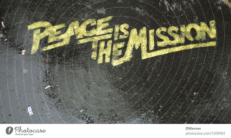 PEACE IS THE MISSION Design Sightseeing Kunst Kunstwerk Gemälde Regen Mauer Wand Fassade Straße Zeichen Schriftzeichen Graffiti schreiben gelb schwarz Freude