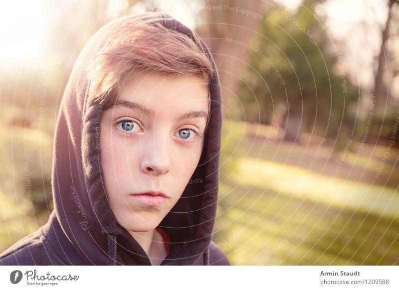 Porträt Lifestyle Stil schön Mensch maskulin Junger Mann Jugendliche Kopf 13-18 Jahre Kind Natur Park Kapuze hoodie Blick frisch Gesundheit einzigartig