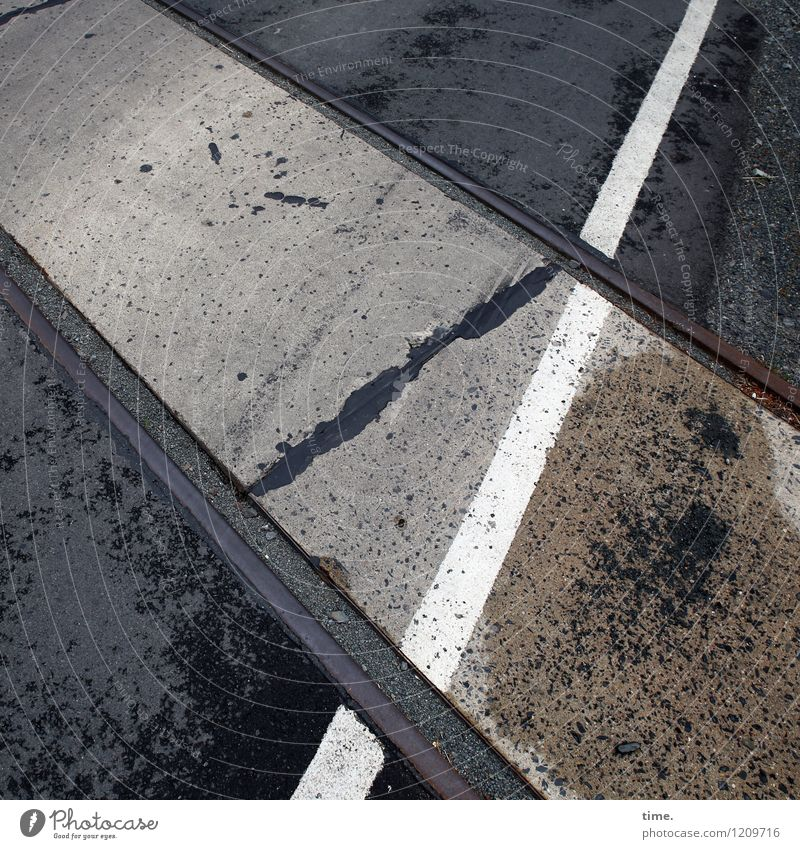 Spreedorado | Bewegungsmuster Stadt Straße Wege & Pfade Zeit Stein Linie Metall Design Ordnung Verkehr Schilder & Markierungen Perspektive Kommunizieren nass