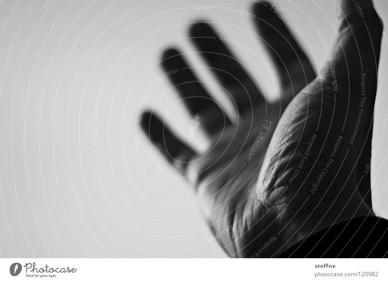 Ich reich Dir meine Hand ... Finger Daumen Hände schütteln Besitz besitzen Begrüßung Kraft drücken glänzend dunkel schwarz weiß Guten Tag Gruß schlagen