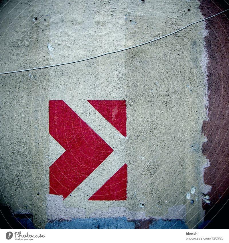 Bitte weitergehen Wand Richtung rechts Zukunft rot weiß schaulustig Neugier vorhersagen deuten Warnhinweis Warnschild Detailaufnahme gefährlich Pfeil