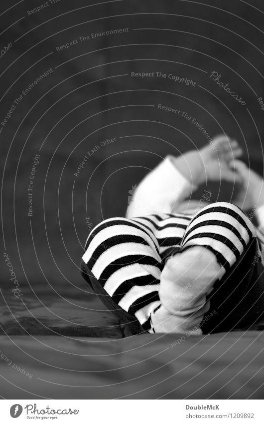 Achtung, Sträfling! Mensch weiß Hand Freude schwarz Leben Bewegung natürlich Spielen Glück Beine Fuß liegen Zufriedenheit Körper Kindheit