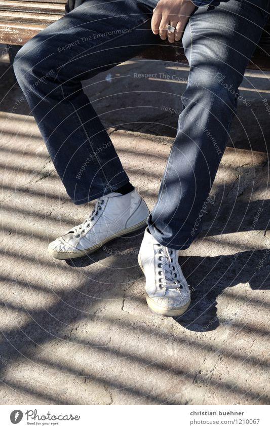 Zebra Mann Erwachsene Beine Fuß 1 Mensch Jeanshose Turnschuh Erholung sitzen warten Zufriedenheit Gelassenheit Langeweile Müdigkeit Einsamkeit Erschöpfung