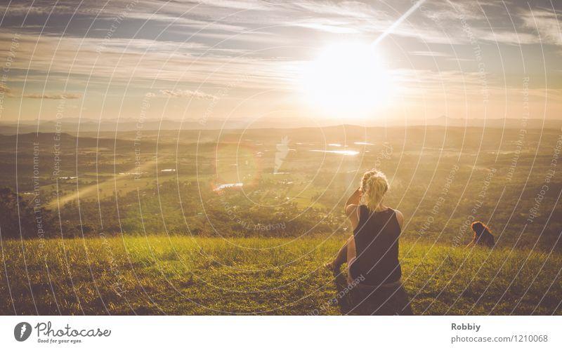 Der Sonne entgegen II Mensch Natur Ferien & Urlaub & Reisen Jugendliche Sommer Junge Frau Erholung Ferne Berge u. Gebirge Wärme natürlich feminin Freiheit