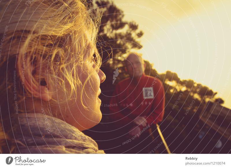 Letzter Sonnenstrahl Sonnenbad Junge Frau Jugendliche Kopf 2 Mensch 13-18 Jahre Kind Sonnenaufgang Sonnenuntergang Urwald entdecken Erholung genießen Blick