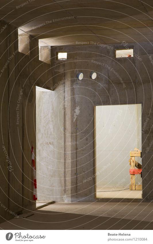 Hast du den Durchblick? rot Fenster gelb Wand Architektur Mauer grau Lifestyle Arbeit & Erwerbstätigkeit Raum Häusliches Leben Tür Beginn Zukunft Platz Baustelle