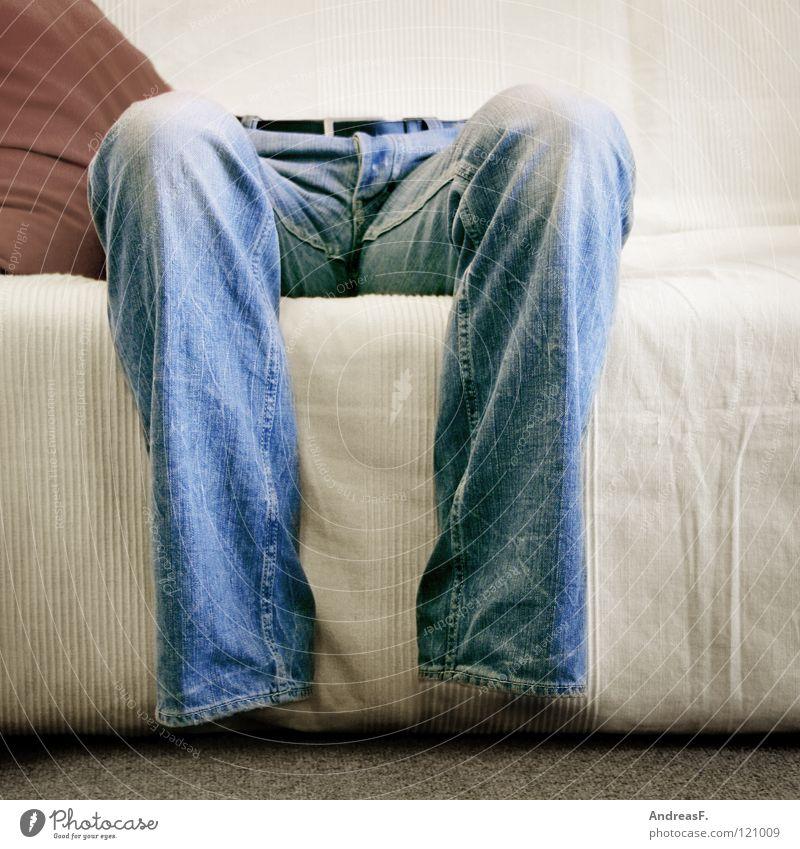 kein arsch in der hose Hose geisterhaft Luft Licht Jeanshose Erinnerung Knie durchsichtig unsichtbar Fernsehen Mann Sofa Wohnzimmer Vergänglichkeit Beine Mensch