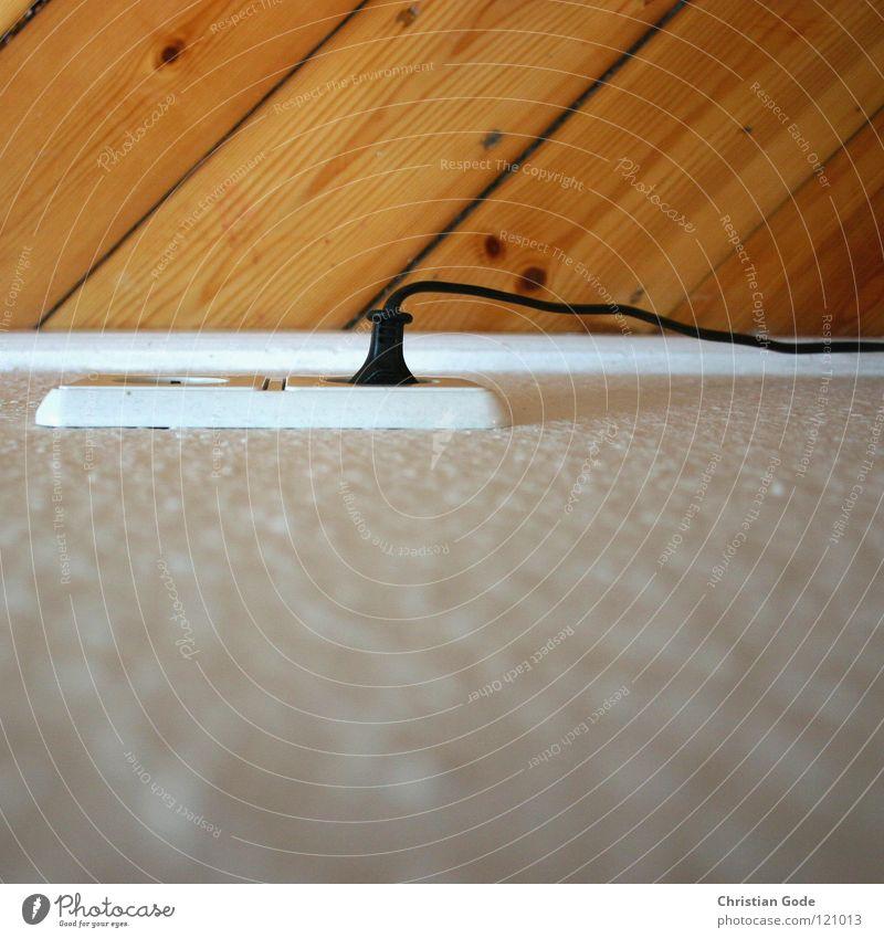 plug me in, plug me in weiß schwarz Wand Holz Lampe Energiewirtschaft Elektrizität Bodenbelag Kabel Technik & Technologie diagonal Tapete Fuge Holzfußboden Schlafzimmer Steckdose