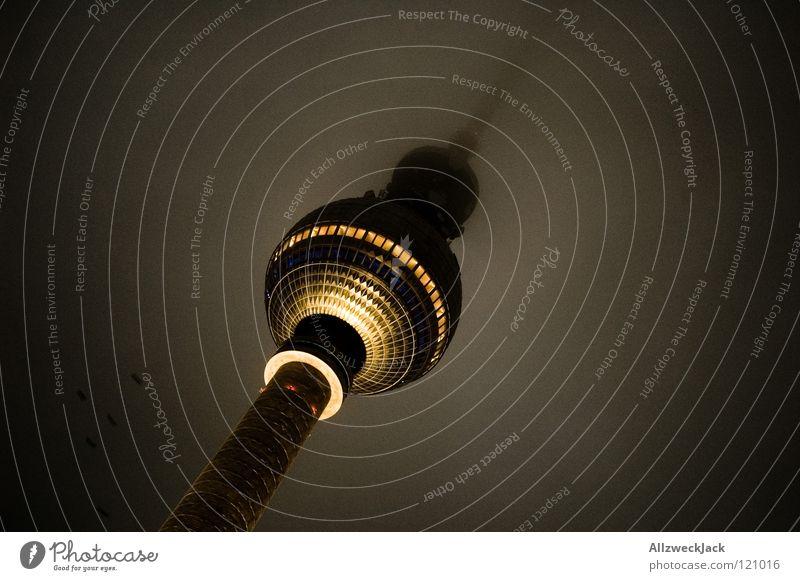 déjà vu Alexanderplatz Mitte Berlin Osten Gebäude Bauwerk Wahrzeichen Nebel Wolken dunkel Hochnebel Beleuchtung Licht trüb Deutsche Telekom Denkmal Radio Turm