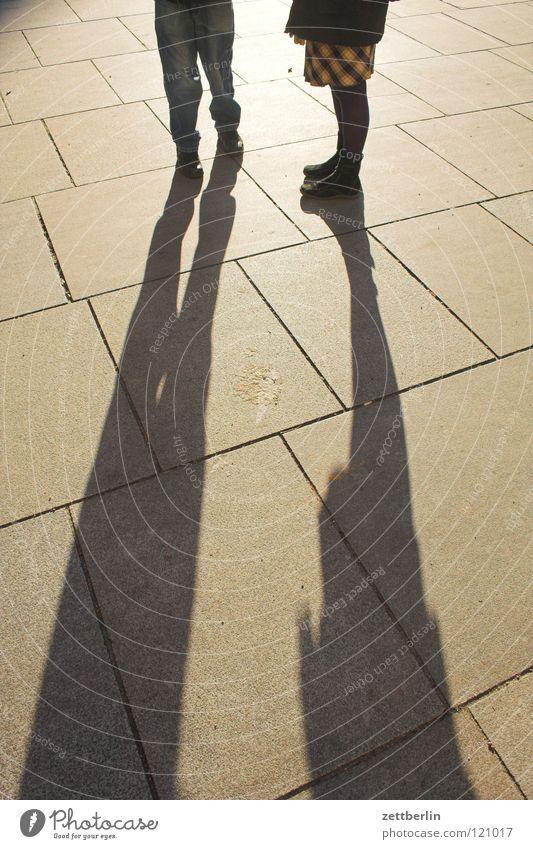 Mutter und Sohn Mensch Frau Straße sprechen Gefühle Beine Fuß Zusammensein Schuhe warten Platz stehen Kommunizieren Körperhaltung Bürgersteig Hose