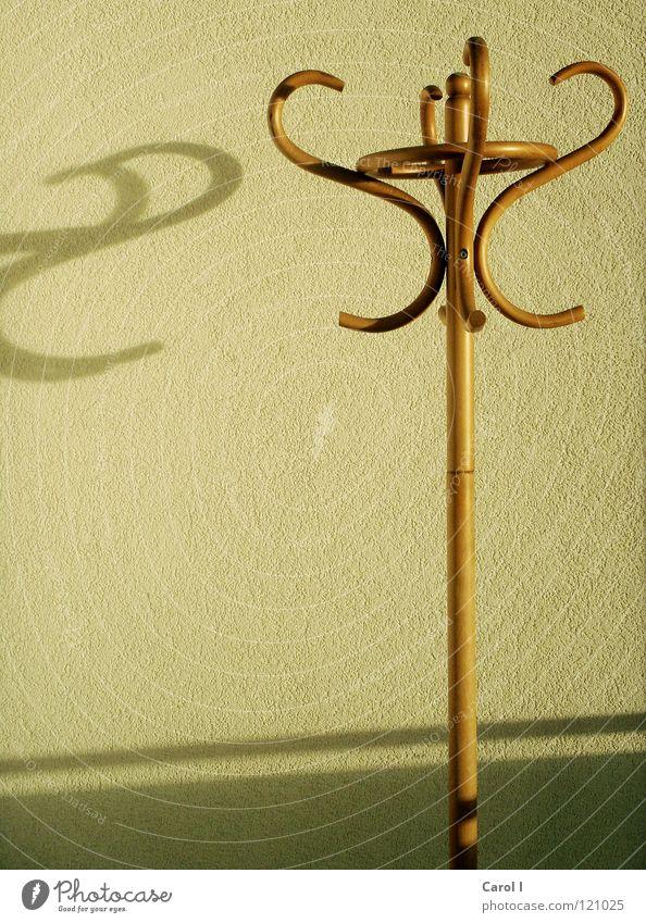 n a c k t e r Kleiderständer Holz Schattenspiel Wäsche Nagel Schraube Streifen gelb gekrümmt steril Strukturen & Formen Altertum ohne anziehen Wand Muster