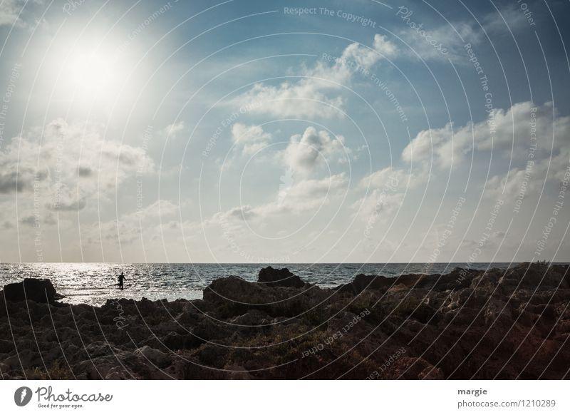 Ein Angler am Meer harmonisch Zufriedenheit Erholung ruhig Meditation Abenteuer Ferne Sommer Sport Mensch maskulin 1 Sonne Felsen Wellen Küste Strand