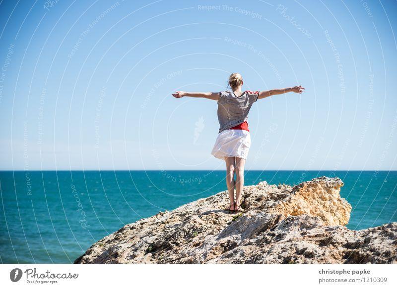 700 und kein Ende in Sicht Mensch Frau Ferien & Urlaub & Reisen Jugendliche Sommer Junge Frau Meer Ferne Erwachsene feminin Küste Glück Freiheit Horizont