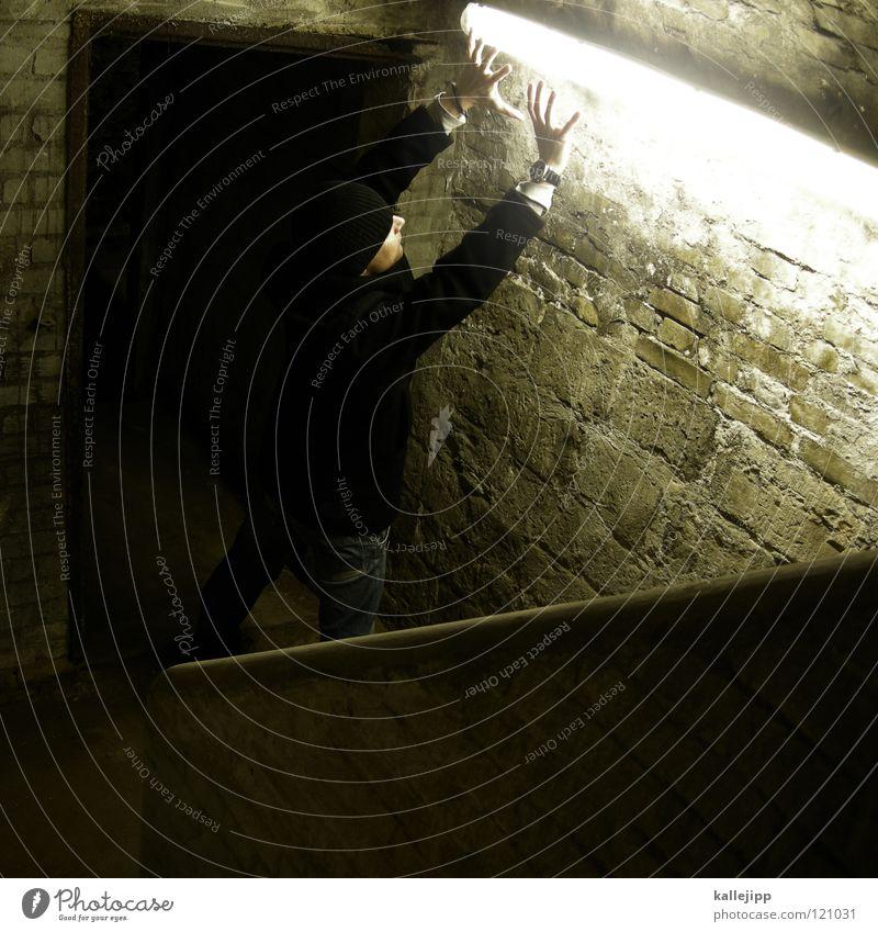 220 volt Mann Silhouette Dieb Krimineller Ausbruch Flucht umfallen Fenster Parkhaus Licht Geometrie Gegenlicht Jacke Mantel Mütze Thriller Handschuhe ausbreiten