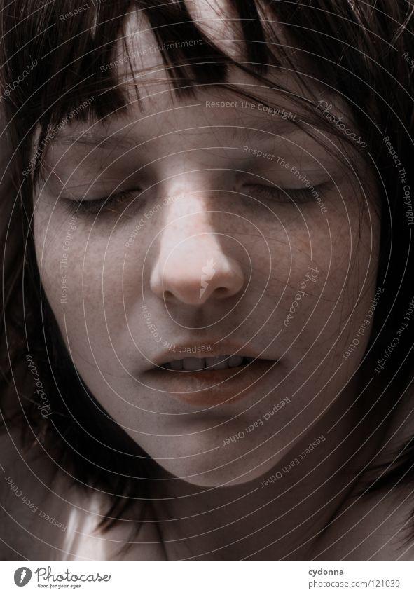 Sweet Dreams Frau schön Beautyfotografie Porträt geheimnisvoll schwarz bleich Lippen Stil lieblich Selbstportrait Gefühle Licht Schwäche feminin Lichteinfall