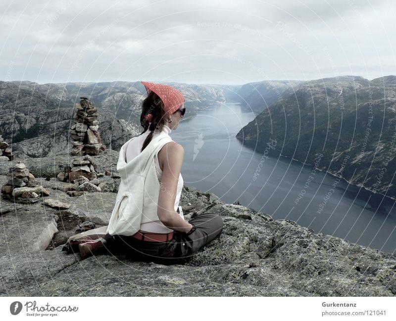 Lady Lysefjord Norwegen Stavanger Frau Skandinavien Kopftuch Veilchengewächse ruhig Der Herr der Ringe Schlucht ästhetisch Sehnsucht Fernweh Körperhaltung